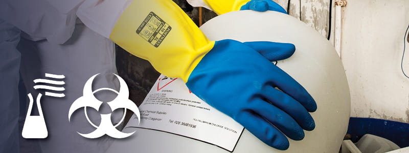 Arbeiter mit chemikalienbeständigen Handschuhen von Portwest beim Umgang mit gefährlichen Gegenständen.