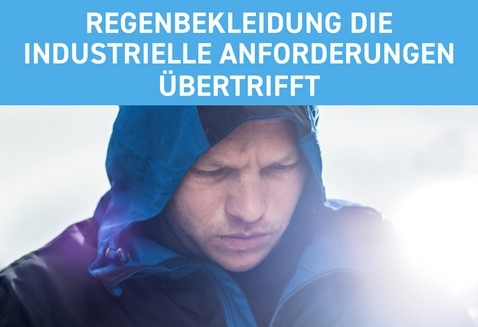 Mann in Regenjacke mit Kapuze auf dem Kopf. Darüber der Schriftzug: Regenbekleidung die industrielle Anforderungen übertrifft.