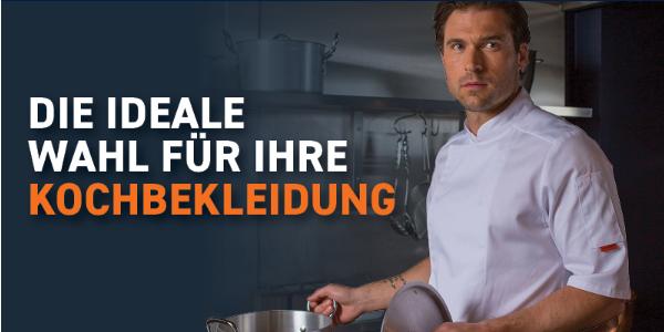 Torso eines Mannes in weißer, kurzärmeliger Kochjacke und einem Topf in der Hand.