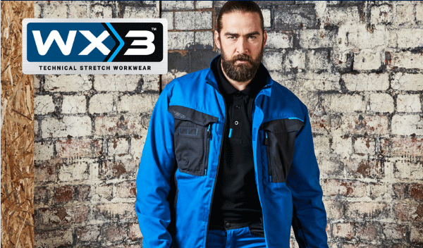 Mann mit Bart in blauer Arbeitskleidung der WX3-Kollektion von Portwest.